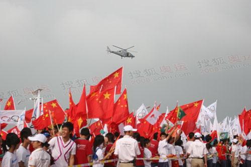直升飞机在航拍