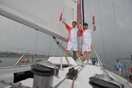 """火炬手在""""青岛号""""大帆船上"""