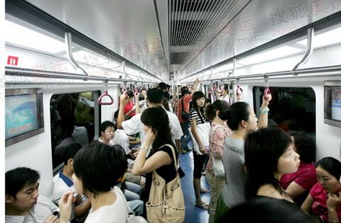 市民选择地铁上班