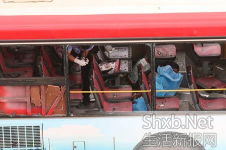 警方在发生爆炸的公交车取证