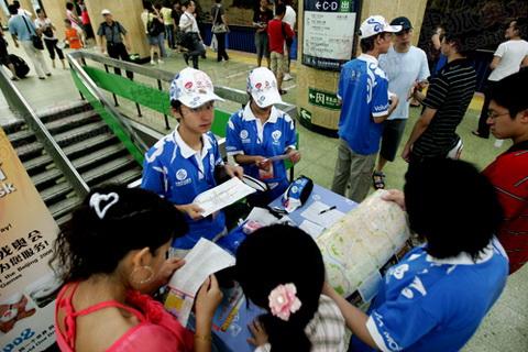 地铁志愿者在解答乘客的问题