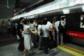 组图:限行后首个工作日 上班族挤地铁人满为患
