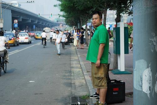焦急的等待出租车的人们_1
