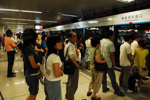 很多市民开始选择搭乘10号线地铁_01