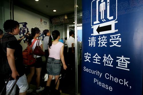 乘客等待接受安检