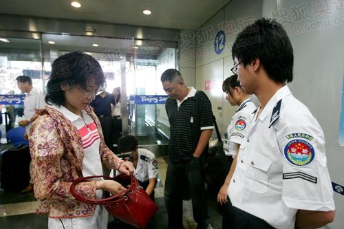 旅客接受安检