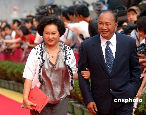 吴宇森和夫人一起走过红毯