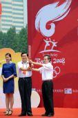 图文:奥运圣火在青岛传递 王力赠送火炬