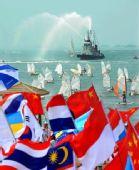 图文:青岛人民喜迎奥运圣火 海面船艇喷洒水幕