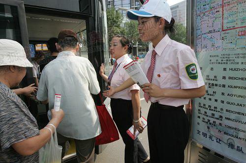 公交志愿者热情的迎候市民乘车