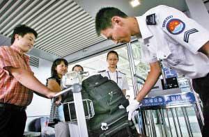 图为工作人员正在用炸探仪对旅客携带物品进行安检。 王 津 张友生 摄