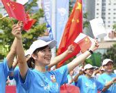 图文:奥运圣火在青岛传递 沿途群众为圣火加油