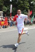 图文:奥运圣火在青岛传递 戚恒在进行传递