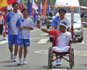 图文:奥运圣火在青岛传递 李克在进行传递