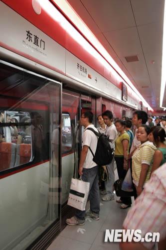 7月20日,乘客在机场线东直门站等待上车。新华网 杨理光 摄