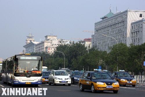 7月20日,汽车在北京西长安街上行驶。新华社记者 高学余 摄