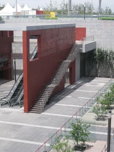 赛时将有多部电梯运送游客到广场参观