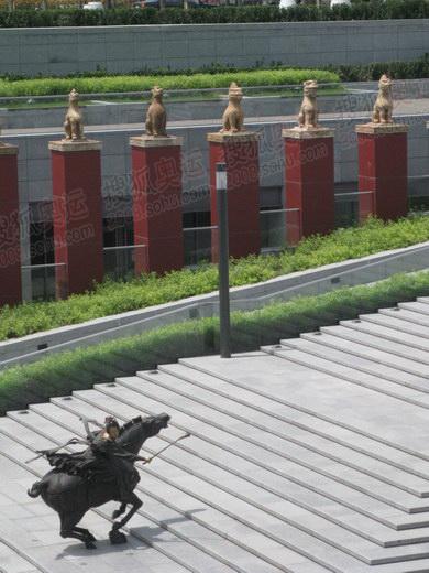 花园广场里的唐代马球雕塑