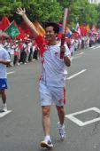 图文:奥运圣火在青岛传递 火炬手丁忠义