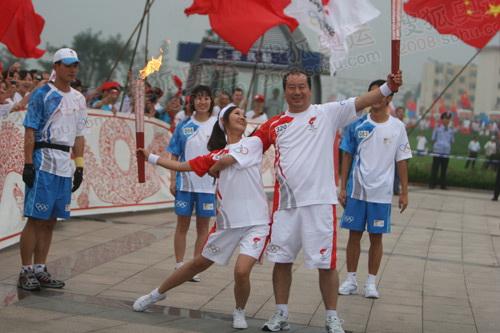 王言庆、姚宇中国龙前展示圣火