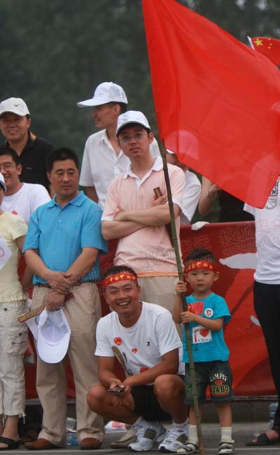 小观众拿着大旗帜