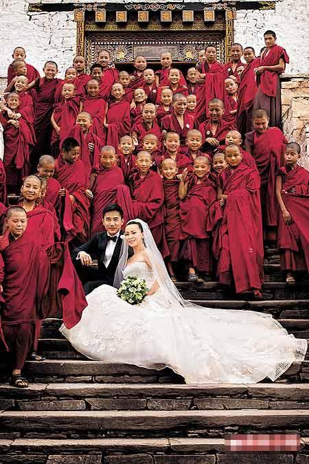 白色婚纱是其中一套