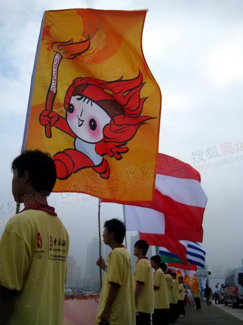 起跑仪式现场,市民挥舞红旗,为圣火加油助威