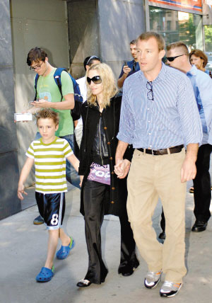 麦当娜(前排中)与丈夫盖里奇(前排右)带着孩子去看电影