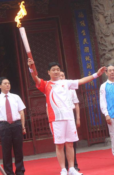首棒孔子后裔孔鹏大成殿前展示圣火