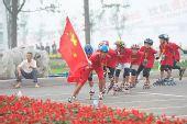 组图:圣火在临沂传递 红衣轮滑少年现场助威