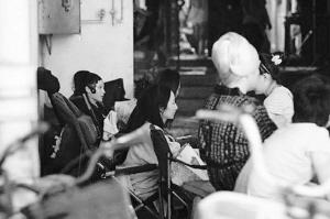 姚笛饰演的王熙凤(左一)造型曝光