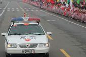 图文:奥运圣火在临沂传递 传递现场警车在路上