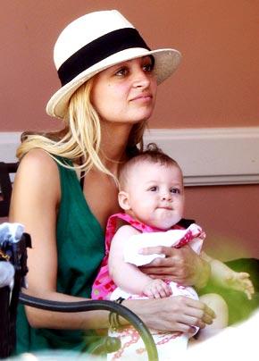 妮可带着宝贝女儿工作