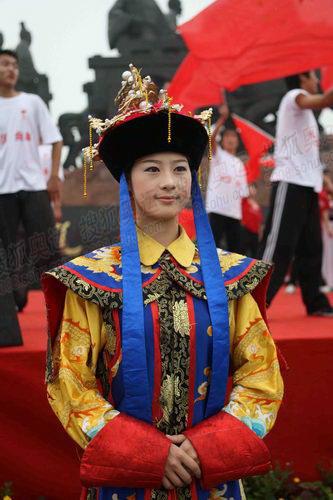 演员身着清朝皇族服饰
