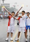 图文:奥运圣火在曲阜传递 郑涛与下一棒交接