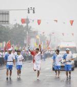 图文:奥运圣火在曲阜传递 郑涛手持火炬传递