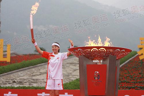 世界冠军毕文静泰山脚下点燃圣火盆