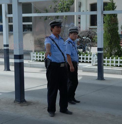警务人员挥手致意车辆进行安检