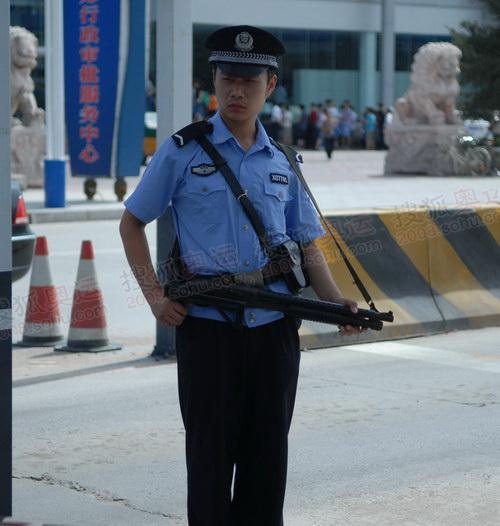 """警务人员手持特殊的""""枪""""进行安检"""