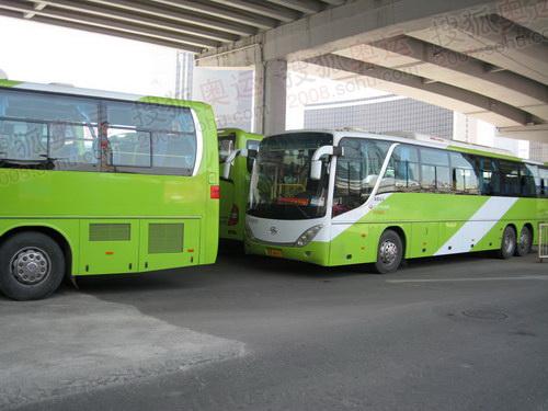 汽车始发站内的9字头公交车