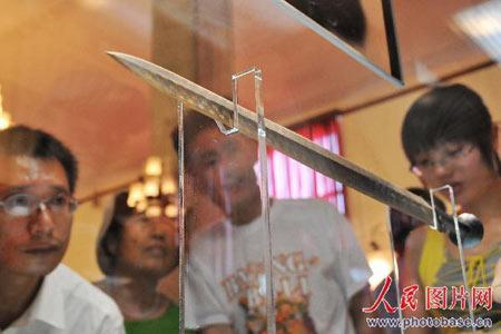 大家纷纷围着展示越王勾践剑的橱窗前