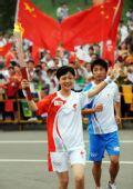 图文:奥运圣火在泰安传递 徐佳手持火炬传递