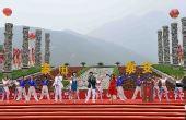 图文:奥运圣火在泰安传递 泰山脚下表演