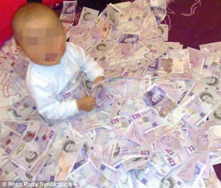 布鲁让儿子以偷回的钱作玩具