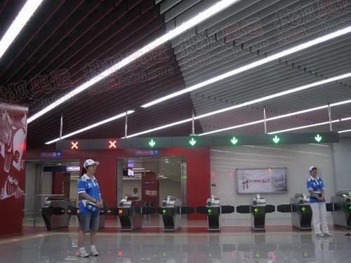 她们负责指导乘客换乘机场专线