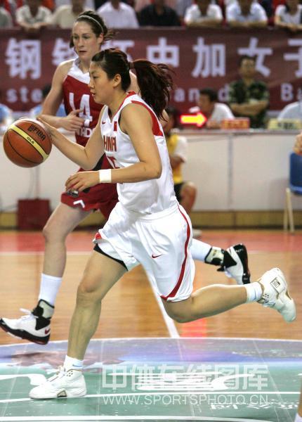图文:中国女篮三胜加拿大 卞兰带球进攻