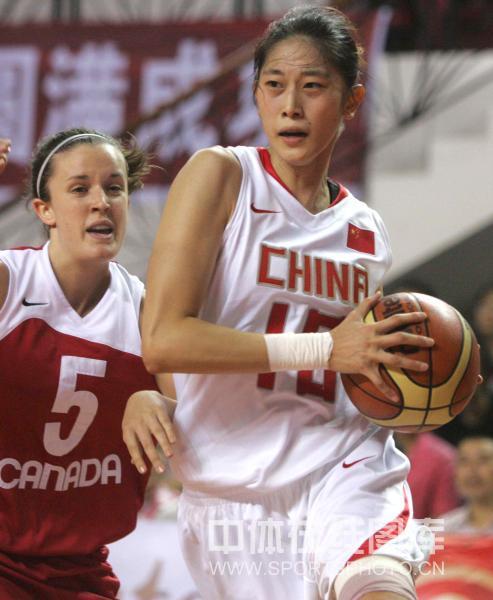 图文:中国女篮三胜加拿大 隋菲菲突破