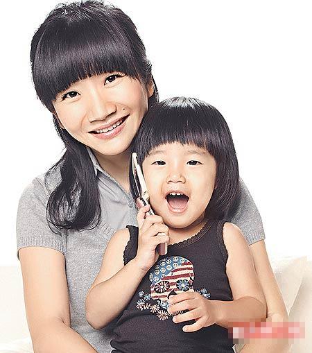 她(左)与女儿小豆豆合拍广告,自然传神