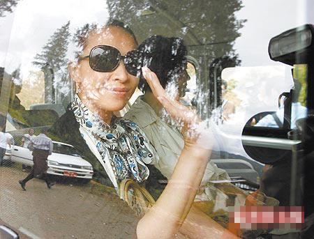 刘嘉玲(左)和林青霞(右)昨搭车前往位在不丹首都辛布的皇宫
