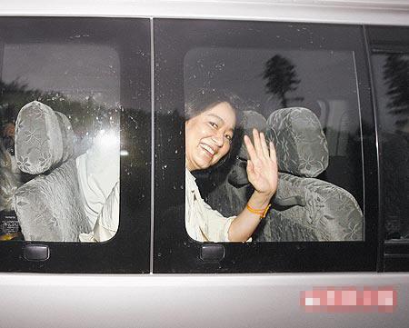 林青霞傍晚回到Uma酒店,对着车外媒体开心挥手致意